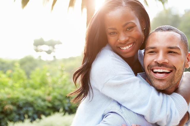 Šťastný a usmiaty pár muža žena
