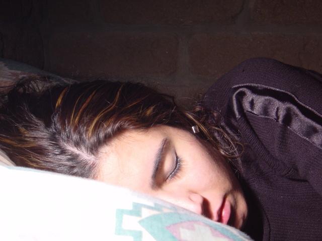 Žena spí v posteli, pohľad zblízka, tvár