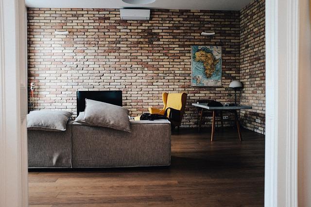 obývačka s tehlovou stenou.jpg