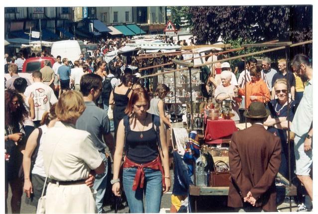Množstvo ľudí na ulici na trhovisku.jpg