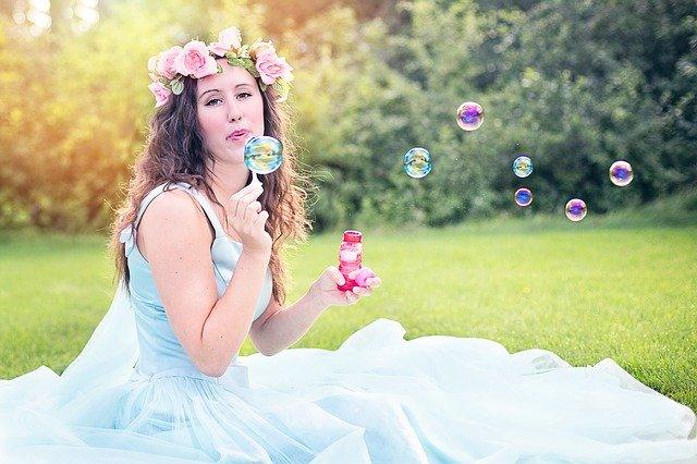 žena fúka bublinky.jpg
