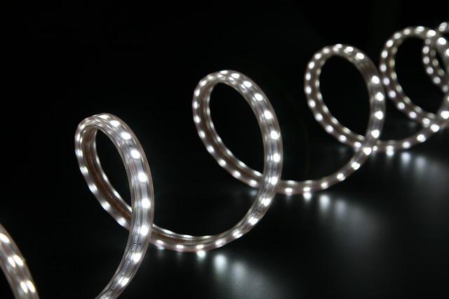 Biely LED pásik zmotaný v špirále