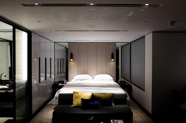 Spálňa s posteľou a vstavanými skriňami