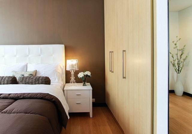 Spálňa, skrine, posteľ a nočný stolík