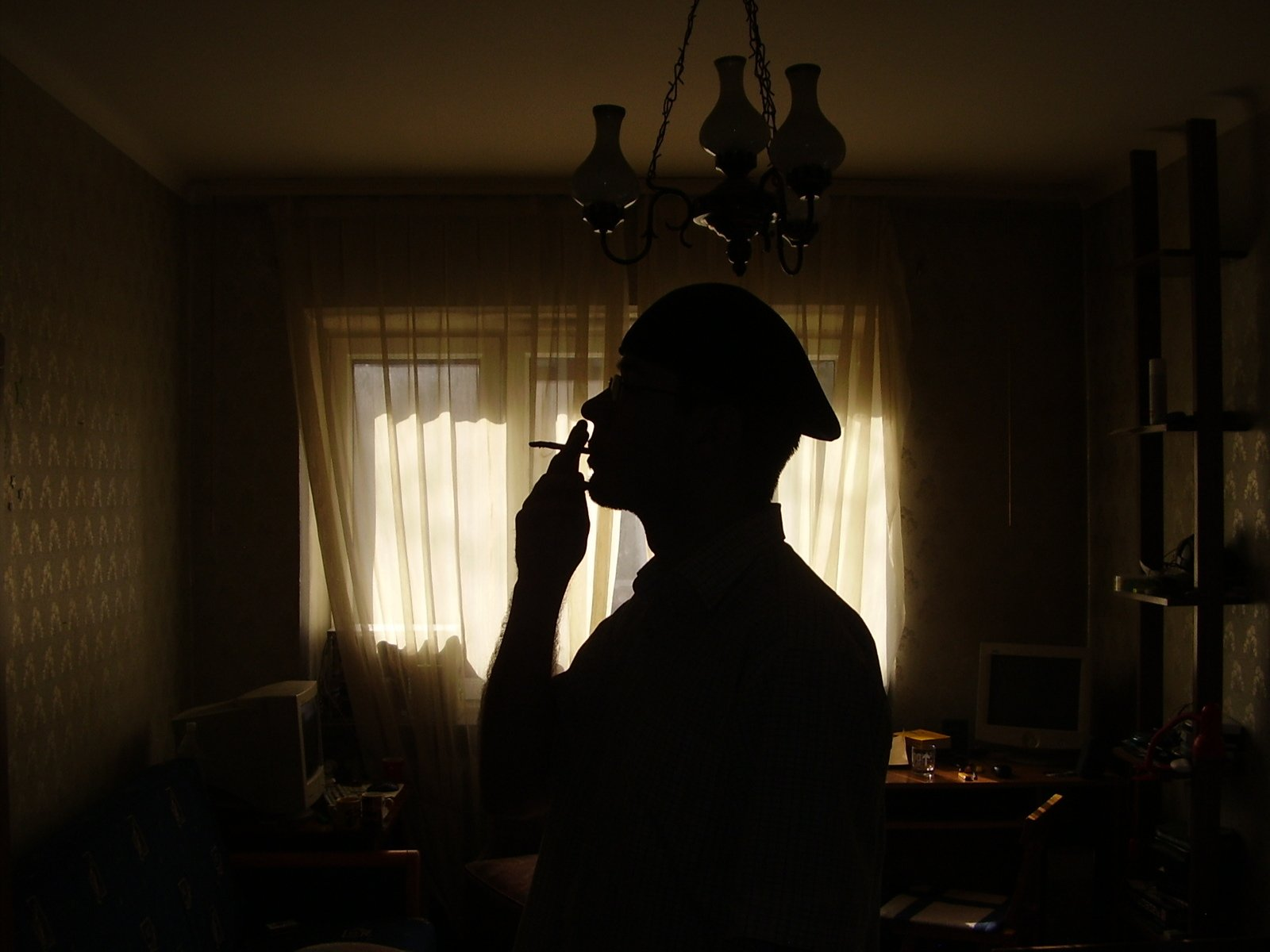 muž s cigaretou